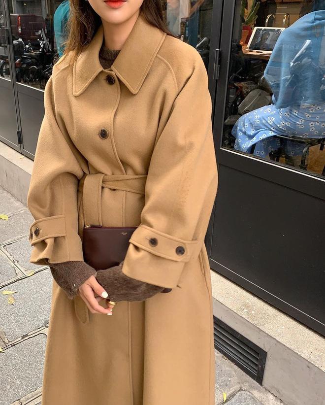 Nếu bạn lười shopping: 2 chiếc áo khoác, 1 chiếc áo len, 1 đôi giày và 1 cây son là đủ để lên đồ sang xịn mịn cả mùa đông - Hình 7