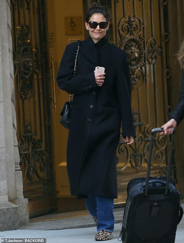Katie Holmes để mặt mộc, giản dị ra phố trong tiết trời giá lạnh ở Mỹ - Hình 1