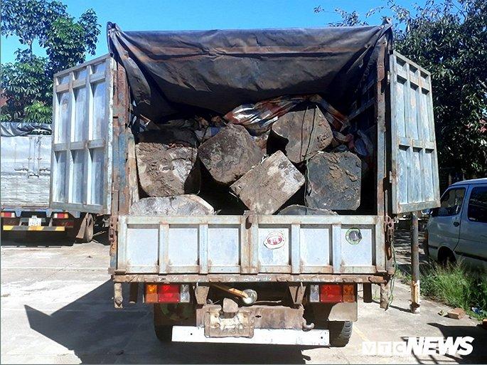 Tài xế bỏ chạy khi thấy công an, để lại xe tải chất đầy gỗ - Hình 1
