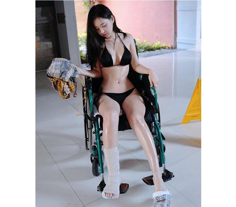 Bó bột, ngồi xe lăn vẫn diện bikini khoe trọn vòng 1 bốc lửa, hotgirl khiến dân tình dậy sóng - Hình 1