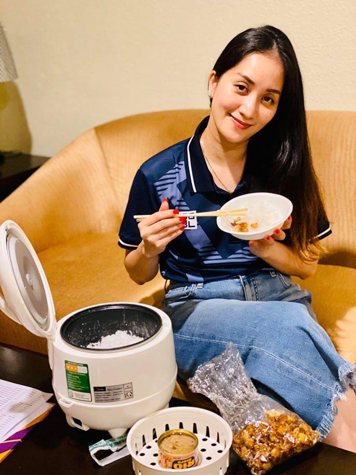 Chỉ với một chiếc nồi cơm điện, Khánh Thi có ngay bữa cơm Việt ngon miệng tại xứ người - Hình 1