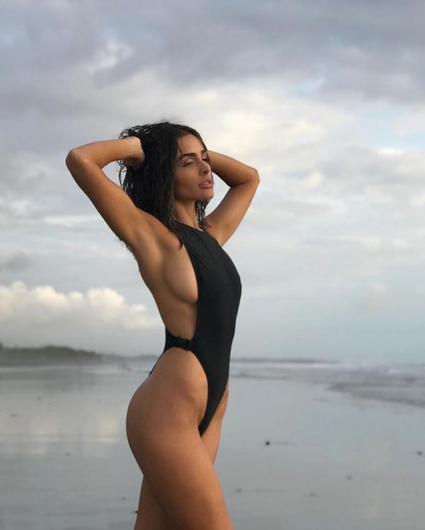 Hoa hậu Hoàn vũ oằn mình chụp ảnh - Hình 1