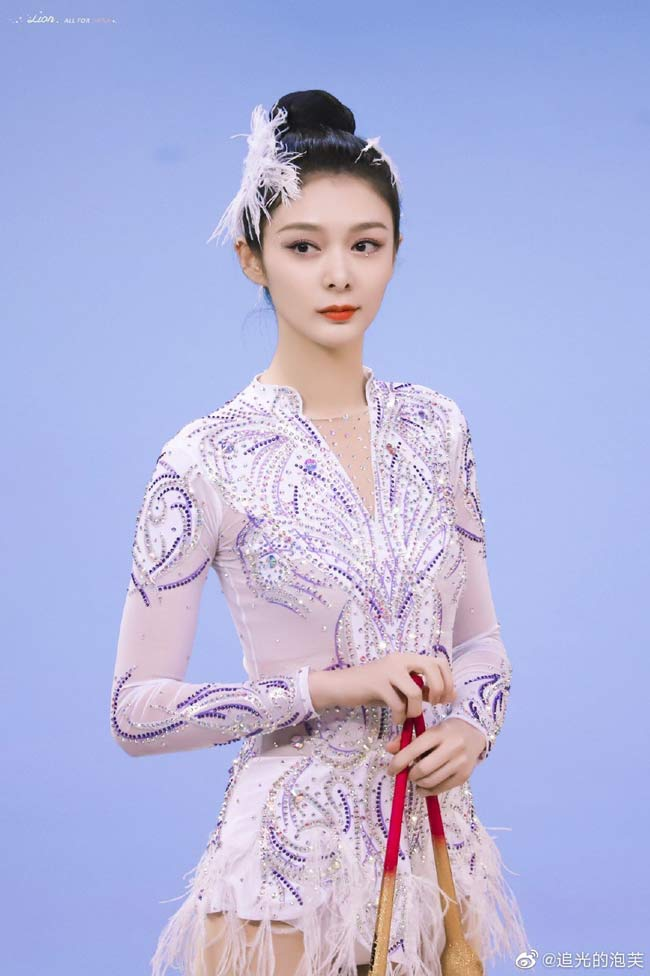 Dân Trung Quốc phát cuồng vì 3 thiên nga quá xinh đẹp trên sàn thể dục - Hình 1