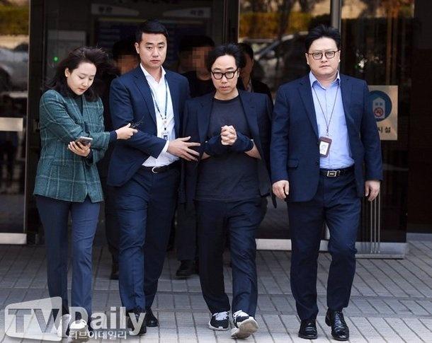 Gian lận kết quả đội hình X1: PD của Produce X 101 bị cảnh sát còng tay, Lee Jin Hyuk đứng top tìm kiếm - Hình 2