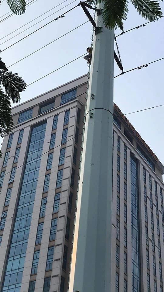 Cảnh sát căng đệm hơi giải cứu nam thanh niên nghi ngáo đá ngồi vắt vẻo trên cột điện cao thế - Hình 1
