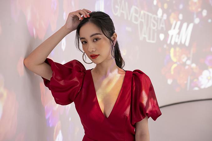 Jun Vũ mặc đầm xẻ ngực - Hình 1