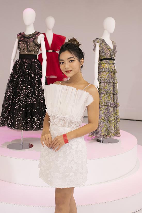 Jun Vũ mặc đầm xẻ ngực - Hình 7