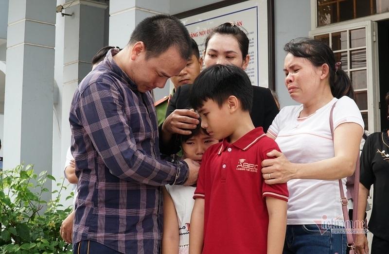Tài xế xe container tông chết 5 người ở Tây Ninh ôm con khóc tại tòa - Hình 2