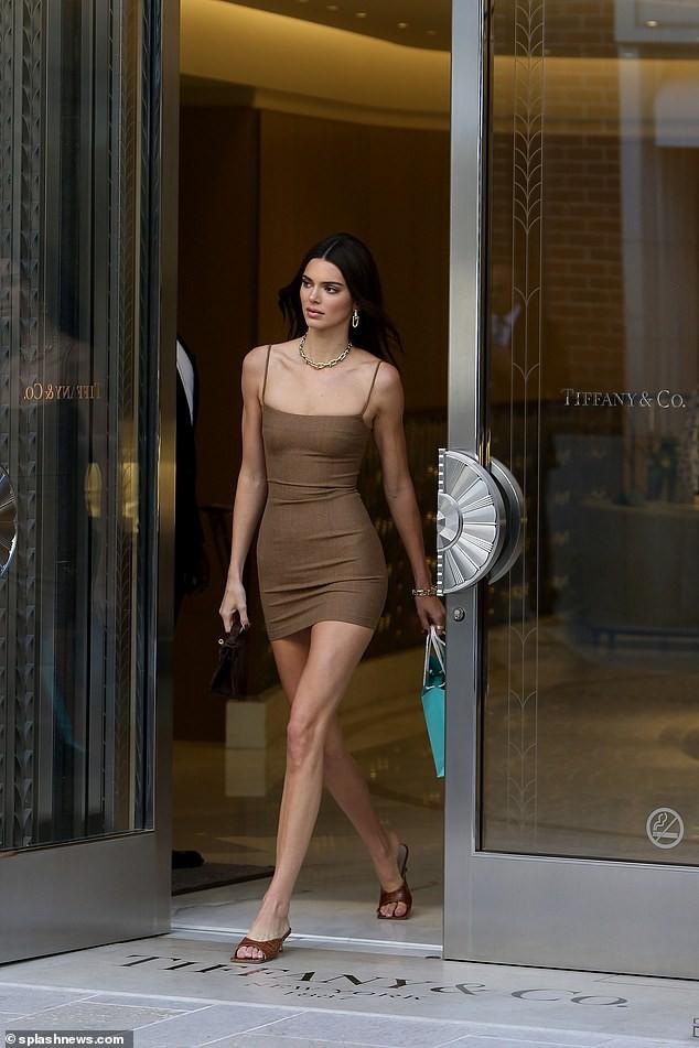 Kendall Jenner diện váy bó sát đi mua sắm - Hình 2