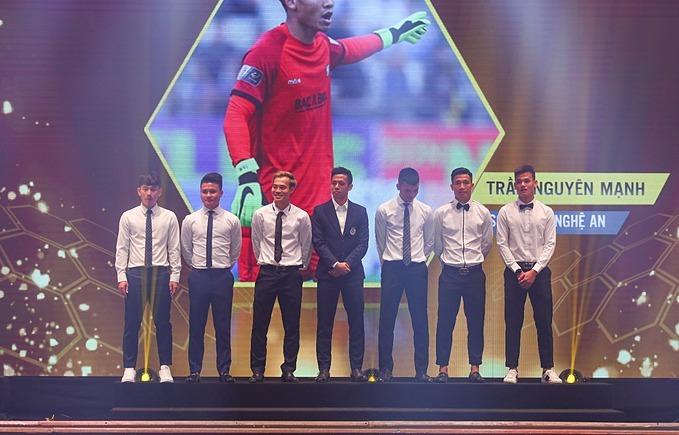 Mạc Hồng Quân vắng mặt khi được tôn vinh ở V-League - Hình 2
