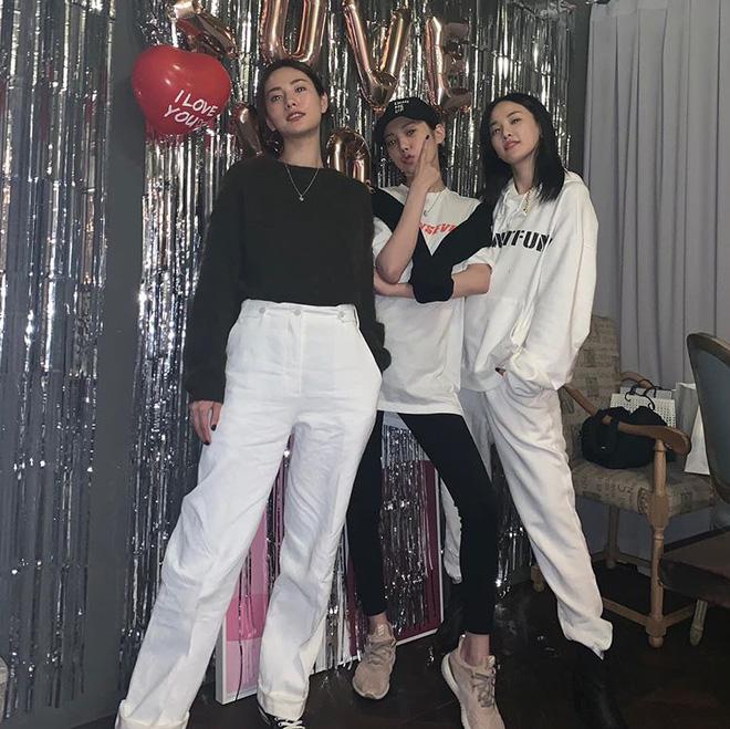 Màn đọ sắc gây tranh cãi: Mỹ nhân đẹp nhất thế giới và bạn gái G-Dragon nổi bần bật, Lizzy bị soi vì chân gầy đáng lo - Hình 2