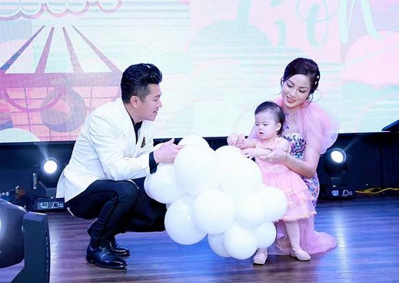 Bộ ba ngôi sao ca nhạc miền Tây Chế Thanh - Lâm Hùng - Châu Gia Kiệt hội ngộ mừng thôi nôi con gái ca sĩ Lâm Vũ - Hình 2