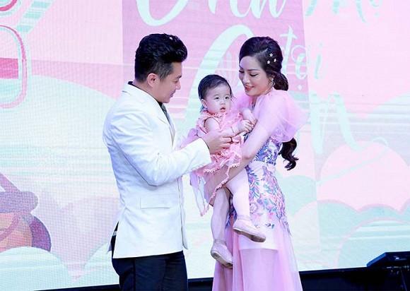 Bộ ba ngôi sao ca nhạc miền Tây Chế Thanh - Lâm Hùng - Châu Gia Kiệt hội ngộ mừng thôi nôi con gái ca sĩ Lâm Vũ - Hình 1