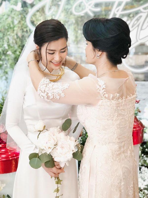 Choáng với số vàng và đô la mà Đông Nhi được tặng trong lễ cưới với Ông Cao Thắng - Hình 5