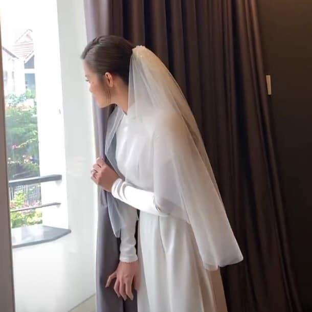 Cưng xỉu trước khoảnh khắc ngóng chồng của Đông Nhi: Đứng bên hiên cửa, đưa mắt ngóng trông chờ đợi hoàng tử Ông Cao Thắng! - Hình 1