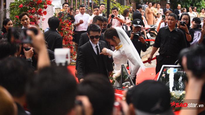 Xong thủ tục đón dâu, Ông Cao Thắng - Đông Nhi tiến hành nghi thức lễ bái gia tiên tại tư gia - Hình 2
