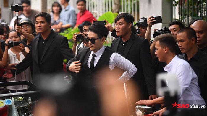 Xong thủ tục đón dâu, Ông Cao Thắng - Đông Nhi tiến hành nghi thức lễ bái gia tiên tại tư gia - Hình 1