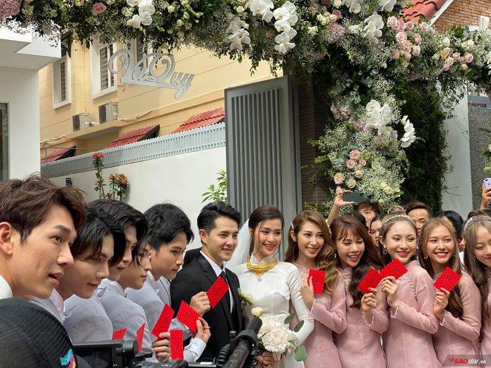 Đông Nhi xuất hiện xinh đẹp bên Ông Cao Thắng: Fan phấn khích cực độ, hò reo không ngớt - Hình 3