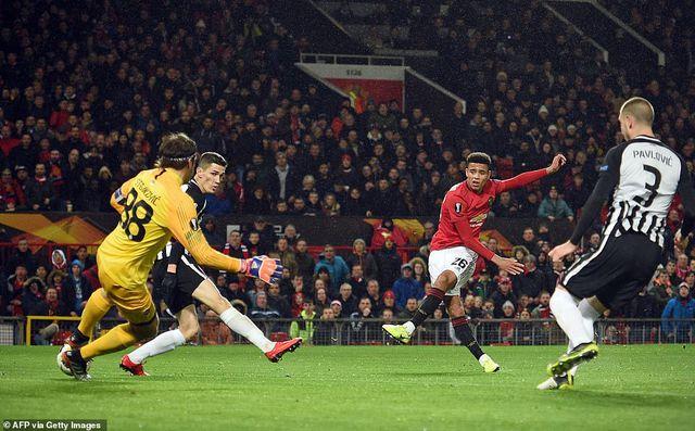 Hàng công thăng hoa, Man Utd giành vé đi tiếp sớm - Hình 2