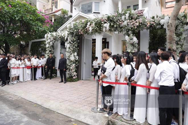 Hình ảnh đặc biệt tại lễ rước dâu Đông Nhi - Ông Cao Thắng: Fan đồng loạt diện áo dài trắng thướt tha, xuất hiện như những phù dâu chính hiệu! - Hình 4