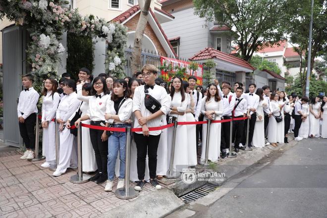 Hình ảnh đặc biệt tại lễ rước dâu Đông Nhi - Ông Cao Thắng: Fan đồng loạt diện áo dài trắng thướt tha, xuất hiện như những phù dâu chính hiệu! - Hình 1