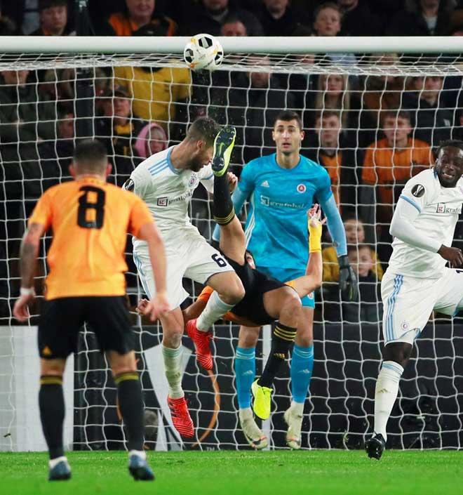 Hốt hoảng Europa League: Sao Ngoại hạng Anh tung cước, đối thủ bất tỉnh trên sân - Hình 2