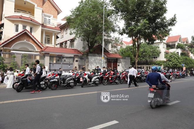 Khoảnh khắc đặc biệt: Hàng trăm fan chạy xe máy, tháp tùng Đông Nhi về nhà với Ông Cao Thắng - Hình 2