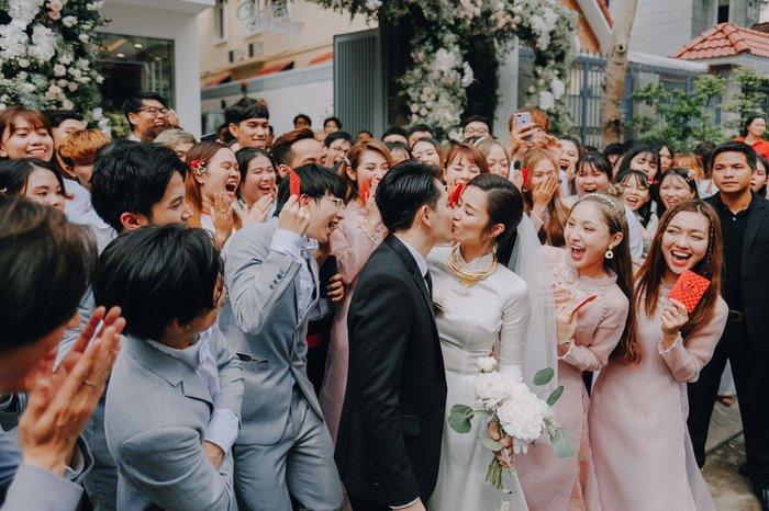 Khoảnh khắc xúc động: Mỹ Tâm gửi hoa chúc mừng đám cưới, Đông Nhi bẽn lẽn chờ chú rể Ông Cao Thắng đến rước dâu - Hình 9
