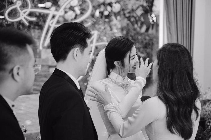Khoảnh khắc xúc động: Mỹ Tâm gửi hoa chúc mừng đám cưới, Đông Nhi bẽn lẽn chờ chú rể Ông Cao Thắng đến rước dâu - Hình 7