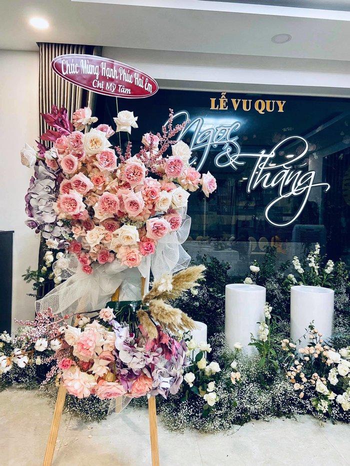 Khoảnh khắc xúc động: Mỹ Tâm gửi hoa chúc mừng đám cưới, Đông Nhi bẽn lẽn chờ chú rể Ông Cao Thắng đến rước dâu - Hình 1