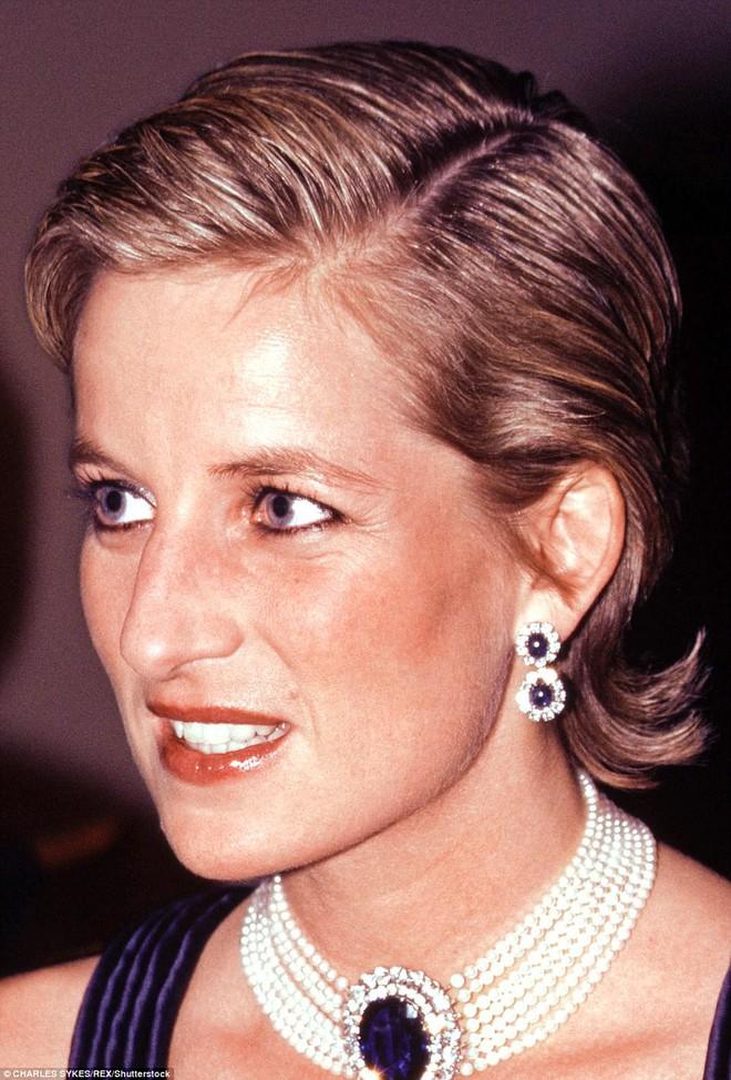 Kate Middleton bị ném đá khi cắt khuyên tai của Công nương Diana - Hình 1