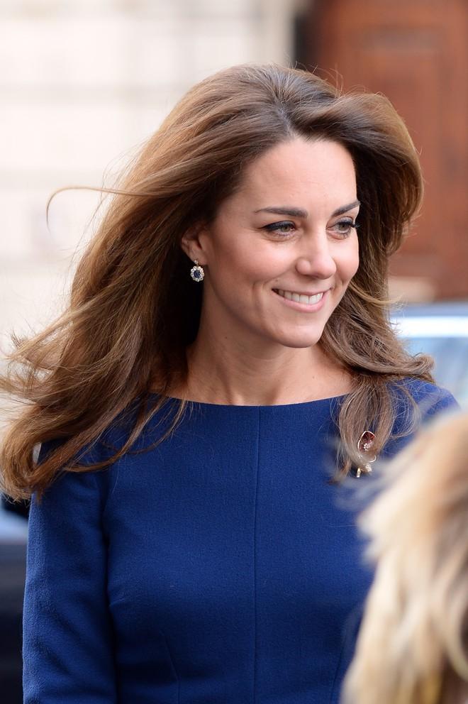 Kate Middleton bị ném đá khi cắt khuyên tai của Công nương Diana - Hình 2