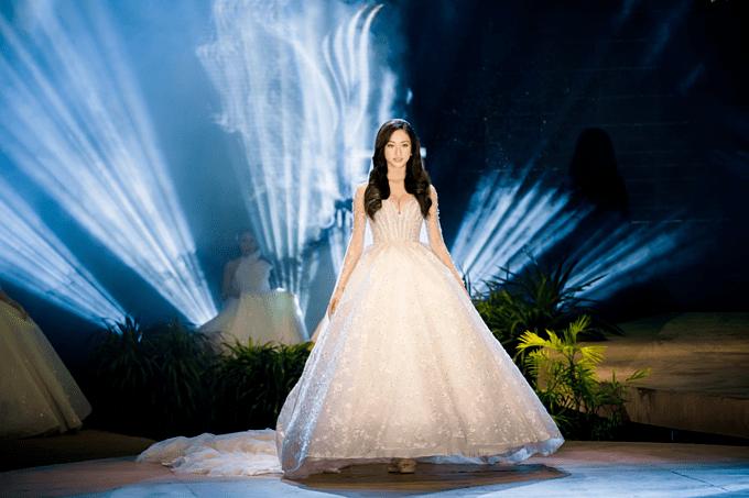Xứng danh thế hệ vedette mới, Hoa hậu Lương Thùy Linh khuấy đảo sàn runway - Hình 2