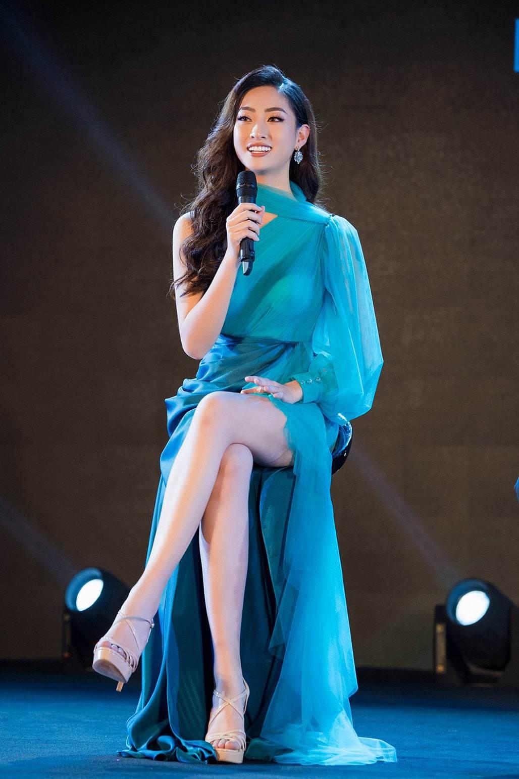Xứng danh thế hệ vedette mới, Hoa hậu Lương Thùy Linh khuấy đảo sàn runway - Hình 1