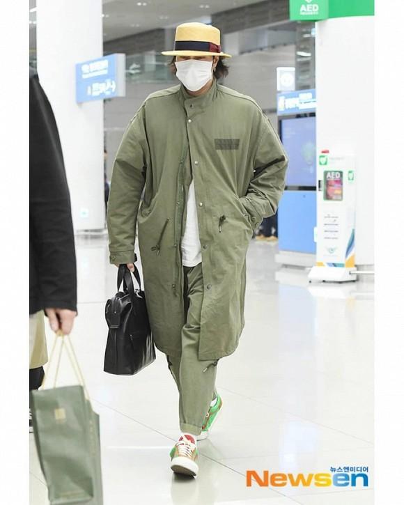 Dân mạng hoang mang trước cách ăn mặc nữ tính của So Ji Sub tại sân bay - Hình 2