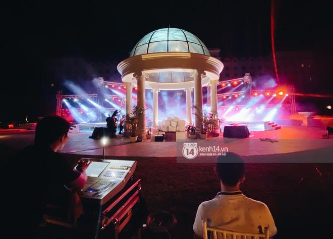 Đột nhập địa điểm diễn ra lễ cưới của Đông Nhi - Ông Cao Thắng: Hoa phủ kín, ánh sáng lên tạo không gian cổ tích giữa biển - Hình 3