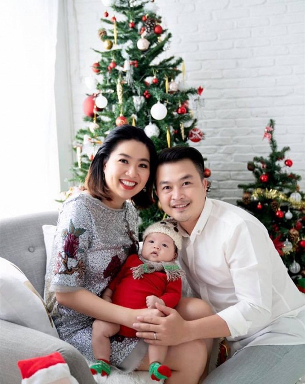 Lê Khánh cùng chồng và con trai 1 tuổi đi nhận xe hộp 2,8 tỷ đồng - Hình 6