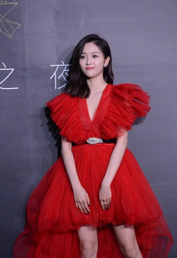 Mặc váy đụng hàng, Ngô Tuyên Nghi xinh đẹp, Dương Mịch làm trò cười - Hình 1