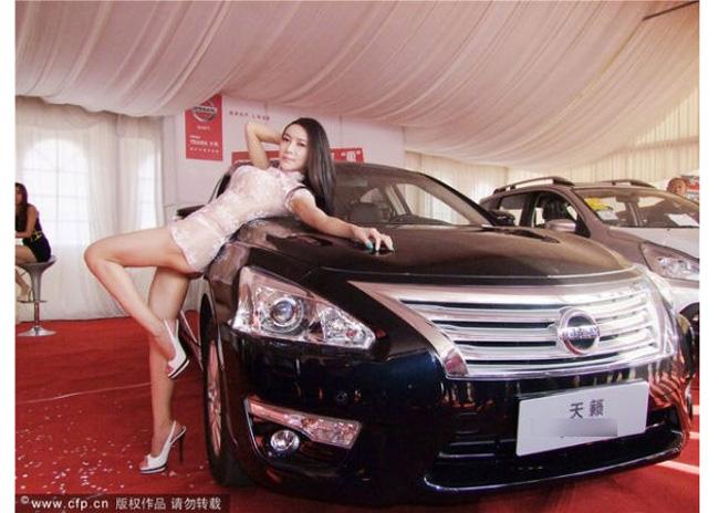 Người mẫu ăn vận ngắn trên, hở dưới quảng cáo xe hơi gây bức xúc - Hình 5
