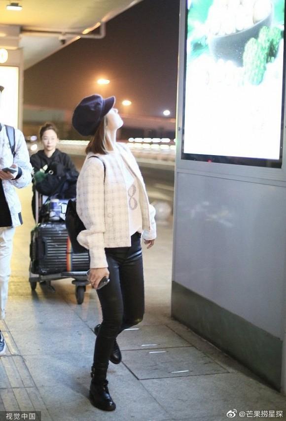Nhan sắc mộc của nàng Hạ Tử Vy Lâm Tâm Như ở phi trường - Hình 2