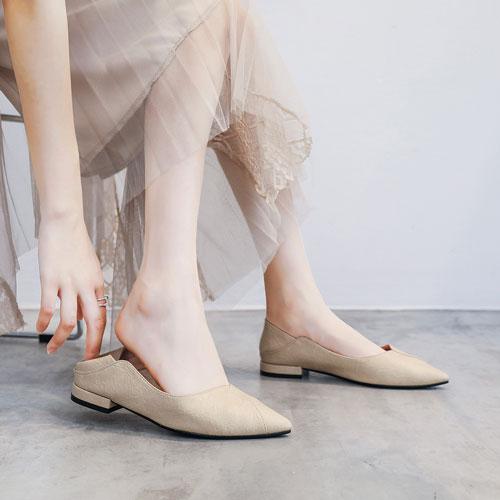 Tuyệt chiêu phối đồ với giày màu kem mà các cô nàng không thể bỏ lỡ - Hình 1