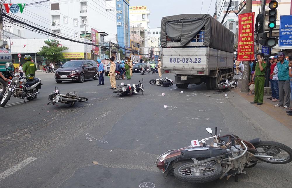Xe tải tông hàng loạt xe máy đang dừng đèn đỏ, 4 người bị thương - Hình 1