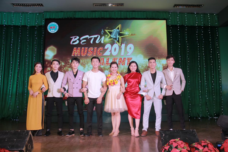 Nhạc sĩ, ca sĩ Sỹ Luân làm Trưởng ban giám khảo Việt Nam Idol của sinh viên ĐH Kinh tế - Kỹ thuật Bình Dương - Hình 4