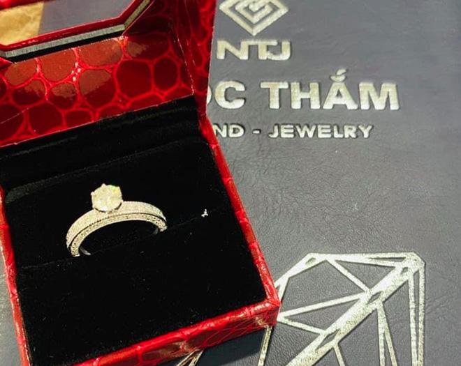 Chuyện mỹ nhân Vbiz được chồng thưởng nóng sau sinh: Từ nhẫn kim cương đến xế hộp bạc tỷ, Á hậu Tú Anh lãng mạn nhất - Hình 12