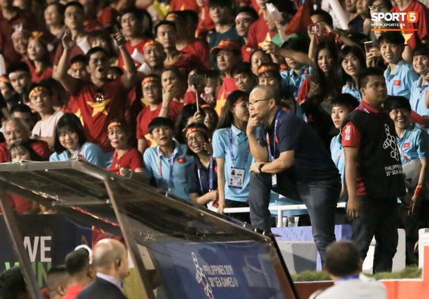 CĐV Indonesia hăm dọa, định tấn công HLV Park Hang-seo trên khán đài - Hình 1