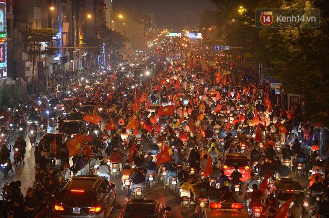 Mạng xã hội thể thao hàng đầu thế giới choáng ngợp với hình ảnh đi bão của người dân Việt Nam - Hình 1