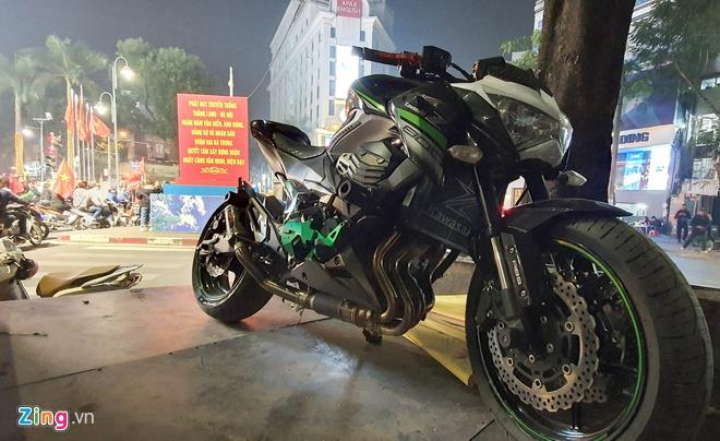Xe Kawasaki 300 triệu bị tạm giữ vì tài xế cổ vũ bóng đá quá khích - Hình 1