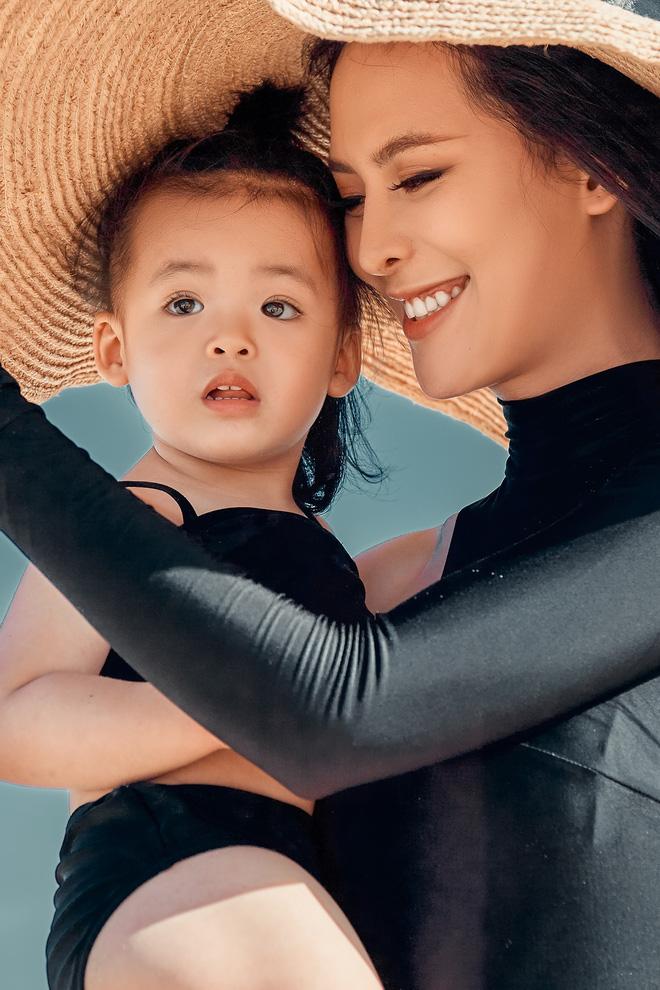 Sang Lê diện bikini khoe vóc dáng gợi cảm và cô con gái đáng yêu vừa tròn 2 tuổi - Hình 4