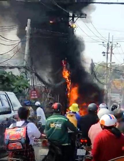 Sau tiếng nổ như pháo, trạm biến áp ở Sài Gòn bốc cháy dữ dội - Hình 1