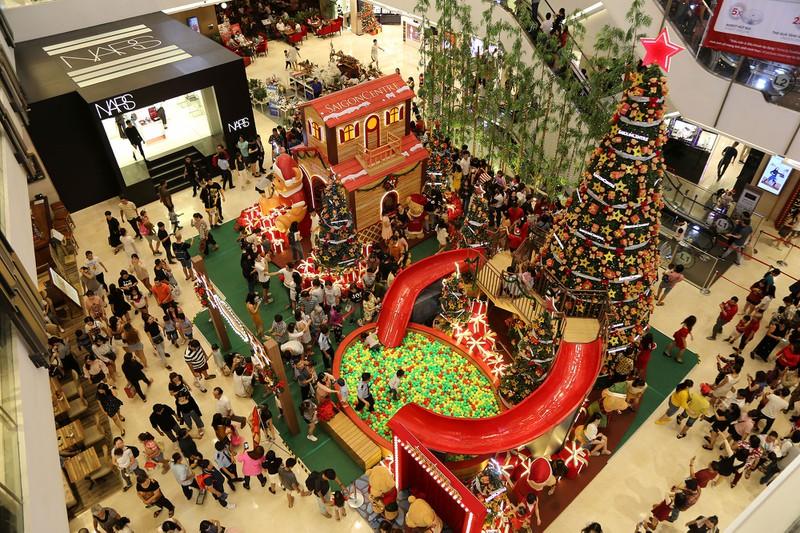 Dân Sài Gòn đổ về trung tâm vui đón Noel sớm - Hình 1